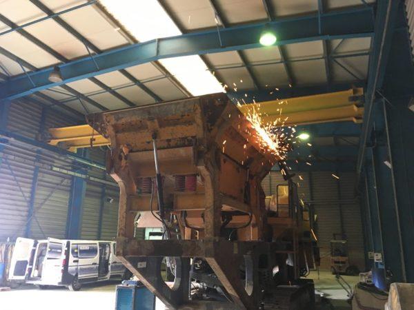 Garonne Services - SAV / Maintenance - Opérations de maintenance, dépannage de votre concasseur, crible, scalpeur, tout équipement de concassage, criblage, recyclage, TP, etc. dans notre atelier à Mondavezan (31220) ou directement sur votre chantier. Nous nous déplaçons dans la France entière, contactez-nous !