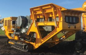 Concasseur à mâchoires mobile sur chenilles avec système de criblage à recirculation, concasseur de carrière, démolition, recyclage déchets de chantiers ANACONDA J12-J12R