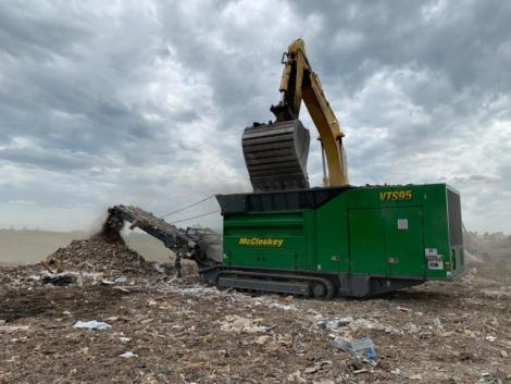 Broyeur polyvalent, Déchiqueteuse à déchets mobile sur chenilles MCCLOSKEY VTS95 - Applications de traitement des déchets ménagers, industriels, en vrac. Broyage de bois de démolition, racines et souches